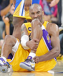 Los Angeles Lakers guard Kobe Bryant grimaces after being injured during the second half of their NBA basketball game against the Golden State Warriors (Photo: http://sports.yahoo.com/)