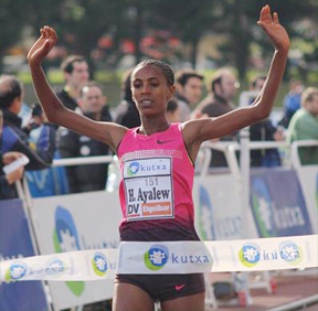 Hiwot Ayalew wins the women's race in Elgoibar (Photo: Alfambra Fundacion ANOC)