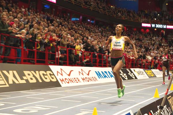 Genzebe Dibaba on her way to breaking the world indoor 3000m record in Stokholm, Sweden (Photo: DECA Text & Bild)