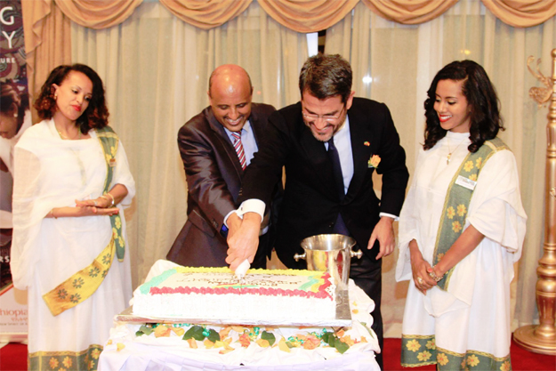 Tewolde Gebremariam (left) and Ambassador Miguel Fernandez (Photo: Ethiopian Airlines)