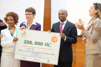 Ambassador Patricia Haslach presents the awarded to the winner of the Innovation Business Plan Competition, Rahel Moges.