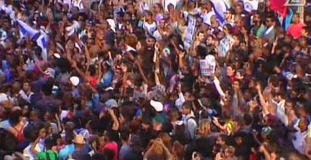 Thousands of people rallying against racism and police brutality in central Tel Aviv on May 3, 2015. (screen capture: Channel 2) -