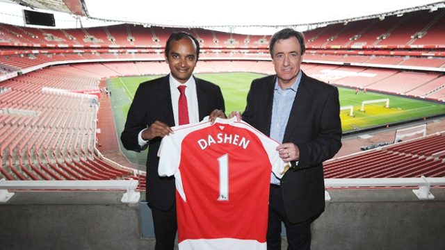 Arsenal chief commercial officer Vinai Venkatesham (left) and Dashen Brewery chief executive officer Devlin Hainsworth (Photo credit: www.arsenal.com)