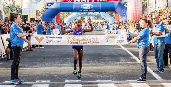 Netsanet Gudeta winning the Valencia Half Marathon (credit: IAAF.org)